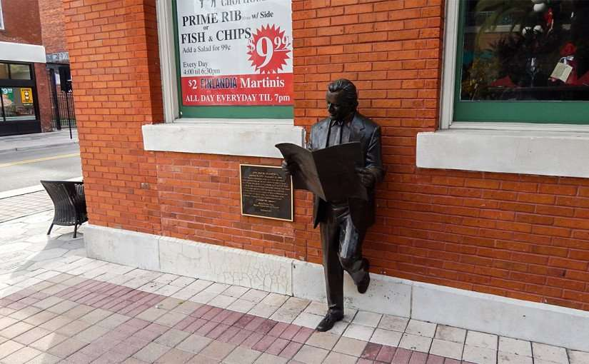 Bronze Statue of former editor Roland Manteiga reading La Gaceta on 7th Ave, Ybor City/photonews247.com