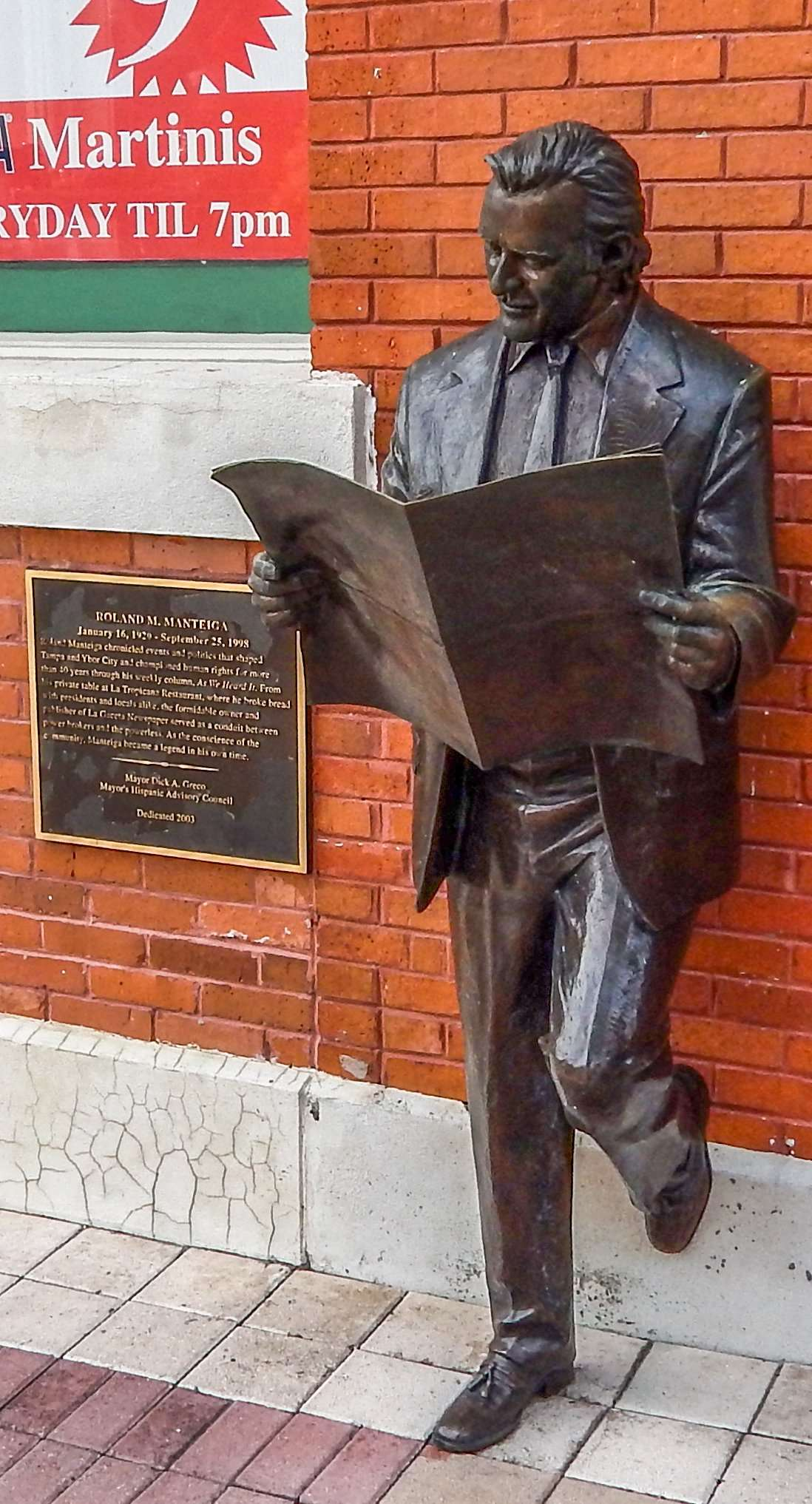 Bronze sculpture of former editor Roland Manteiga reading La Gaceta on 7th Ave, Ybor City/photonews247.com