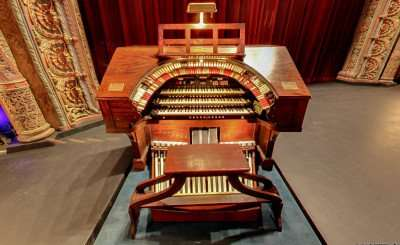 Mighty Wurlitzer Theatre Organ on stage at the Tampa Theatre/Image Capture June 2014 Copyrights Google