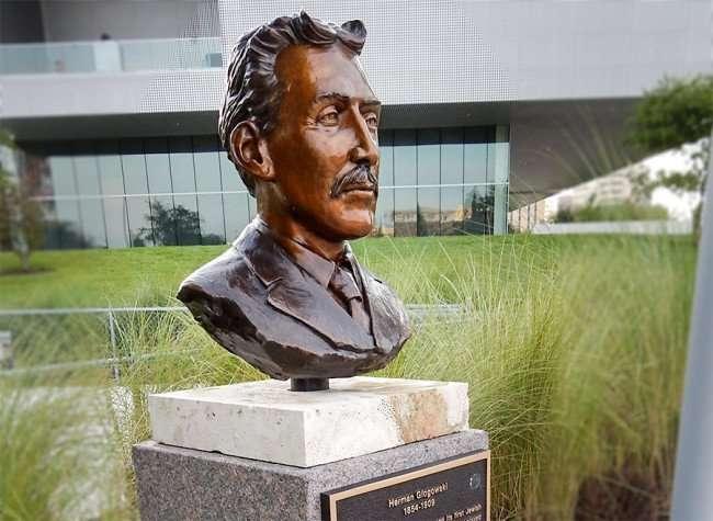 AUG 23, 2015 - Tampa Mayor Herman Glogowski bust sculpture along Tampa Riverwalk/photonews247.com