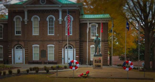 11.25.2016 - Courthouse & Veterans Memorial in the Historic District of Loudon, TN/photonews247.com
