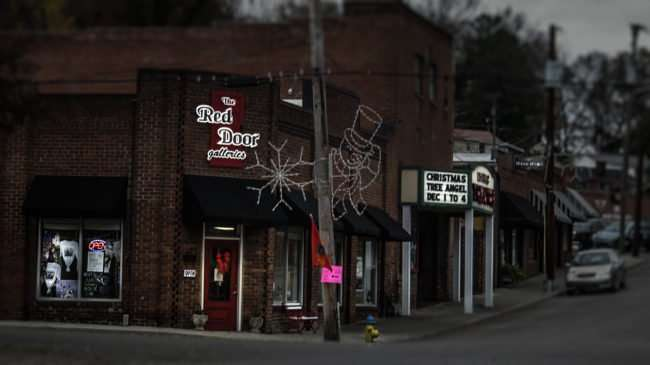 11.25.2016 - The Red Door Galleries features paintings and other works of are in Historic Loudon, TN/photonews247.com