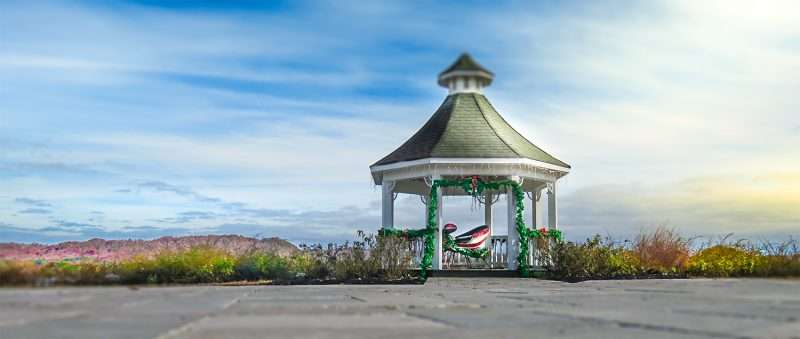 11252016 Whitestone Inn Outdoor Gazebo With Sleigh During The Holidays In Kingston TN Photonews247