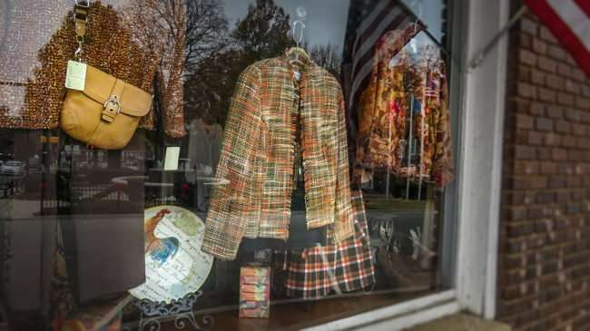 11.25.2016 - Window shopping at Cornerstone Boutique Historic District 409 Grove St, Loudon, TN 37774/photonews247.com
