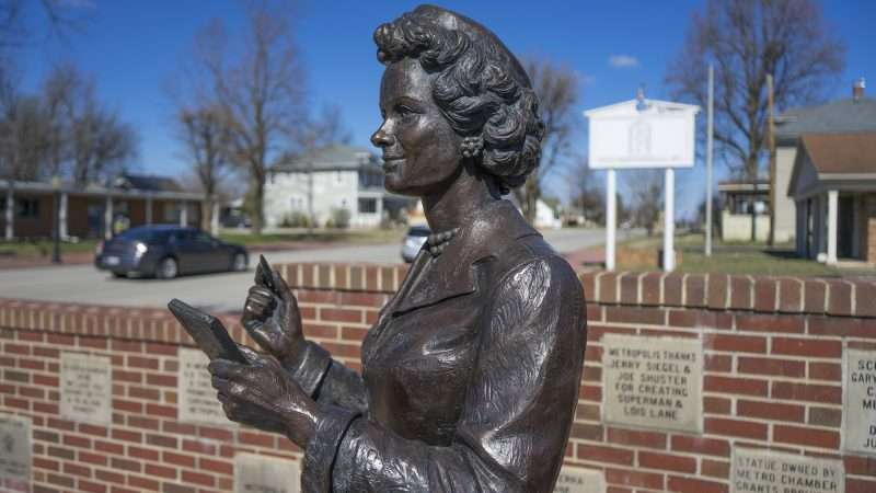 Feb 25, 2017 - Lois Lane smiles along Market Street in Metropolis, IL/photonews247.com