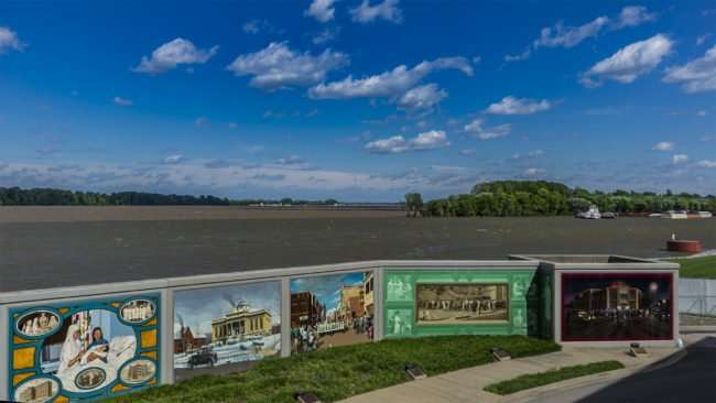 April 5, 2017 - Paducah Floodwall Mural with Ohio River in background/photonews247.com