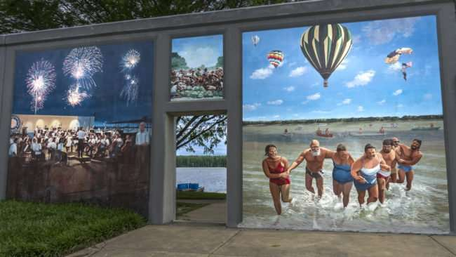 April 3, 2017 - Paducah Floodwall Murals group swimming in Ohio River/photonews247.com