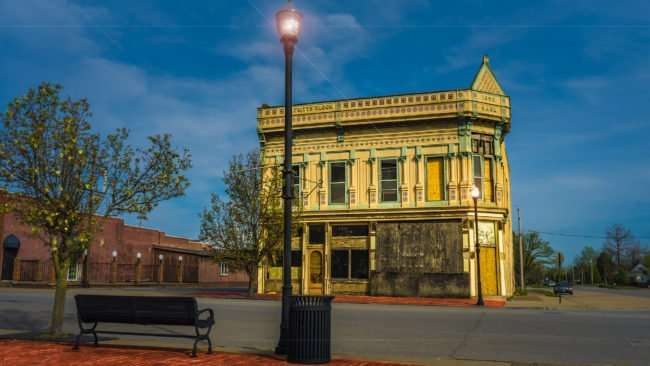 04.02.2017 - Bench on Ferry Street with Fritts Block 1892 Bank building, Metropolis, IL/photonews247.com