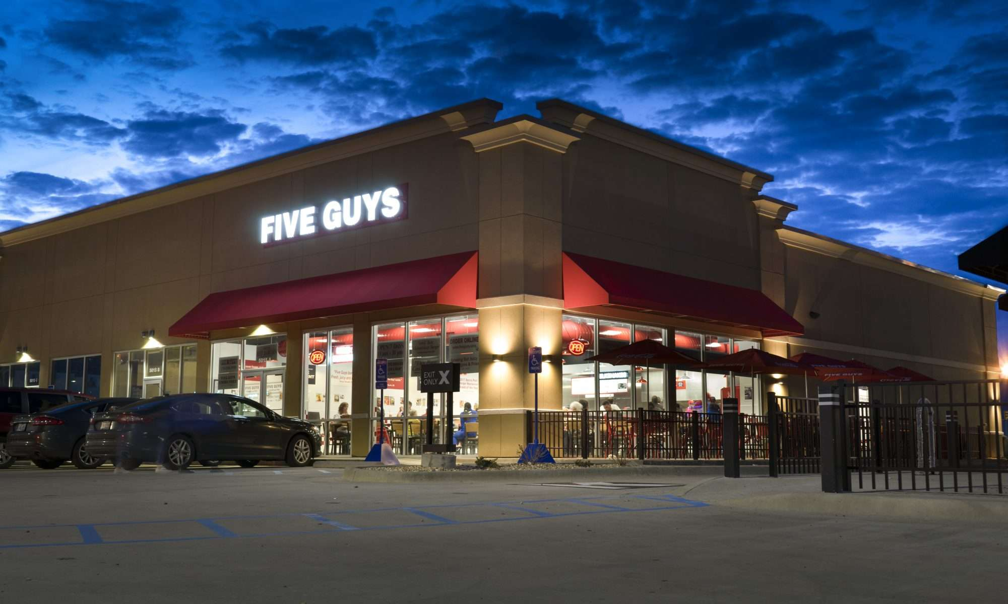 Feb 19, 2018 - Five Guys Burger Fries crowd Sunday eventing in Paducah KY/craigcurriephotography.com