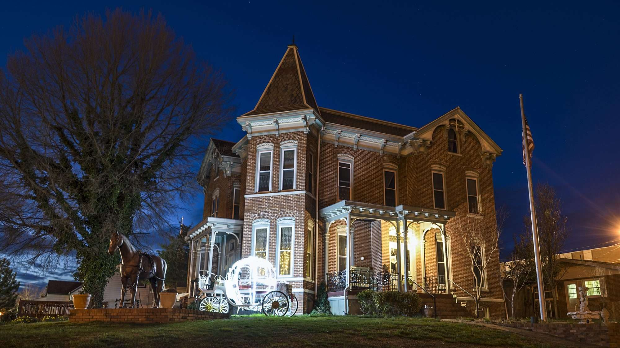 03.07.2018 - Riverview Mansion Bed and Breakfast with carriage lighted, Metropolis, IL/photonews247.com