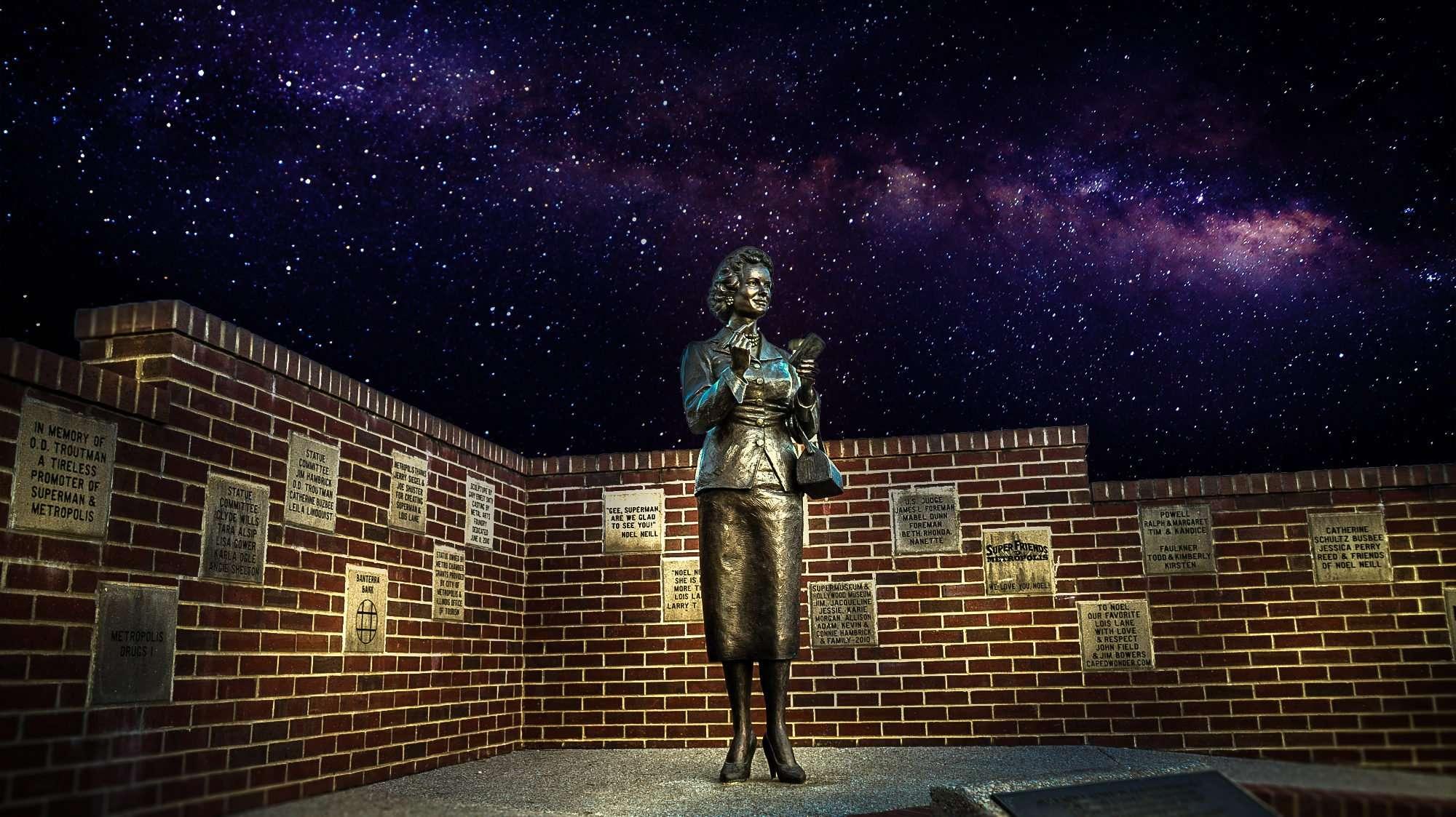 2017 - Lois Lane statue starry night, Metropolis, IL/photonews247.com