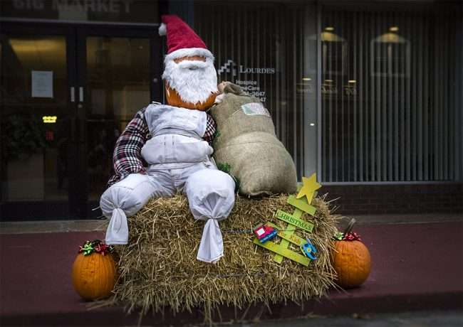 Oct 7, 2017 - Scarecrow Santa in front of Lourdes at 616 Market St, Metropolis, IL/photonews247.com