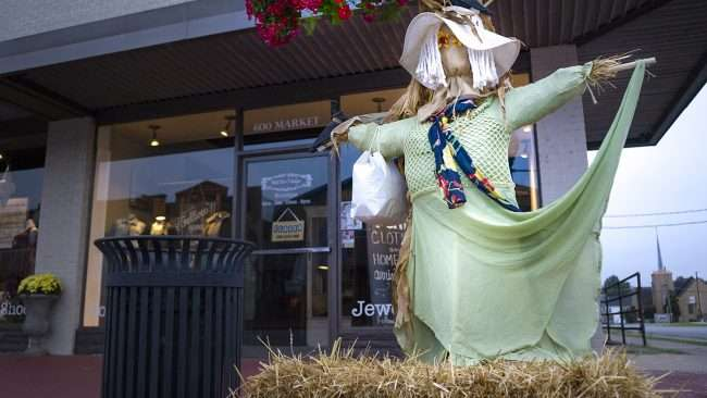 Oct 8, 2017 - Scarecrow Shopper at Sixth and Vintage on 600 Market St, Metropolis, IL/photonews247.com