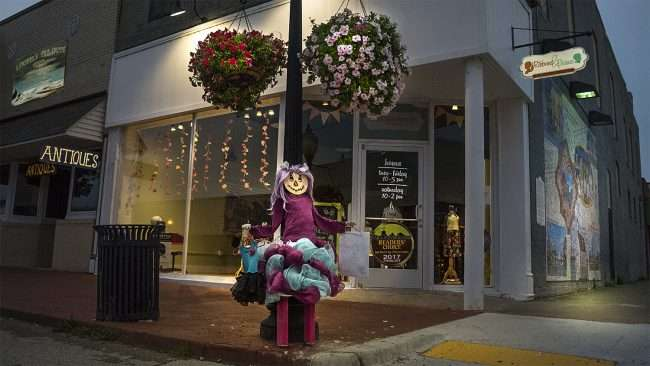 Oct 8, 2017 - Scarecrow decorations at Ribbons & Beaus Boutique clothing store, Market Street, Metropolis, IL/photonews247.com