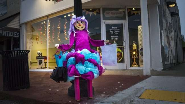 Oct 8, 2017 - Scarecrow lady shopper Ribbons & Beaus Boutique clothing store, Market Street, Metropolis, IL/photonews247.com