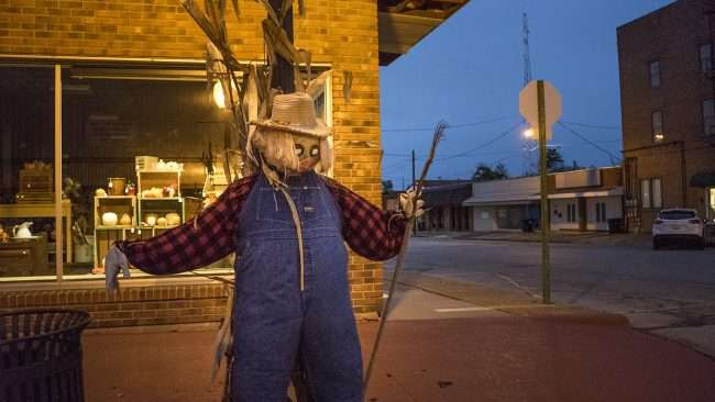 Oct 8, 2017 - Scarecrow on lamp post on Market St, Metropolis, IL/photonews247.com