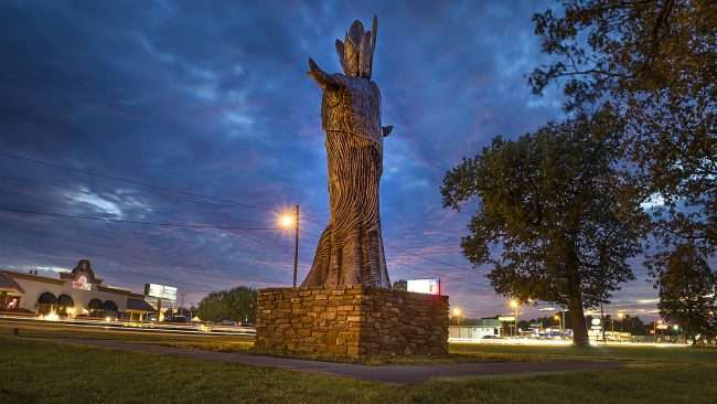 Oct 6, 2017 - Wacinton back of giant Indian statue with Park Avenue in view, Paducah, KY/photonews247.com