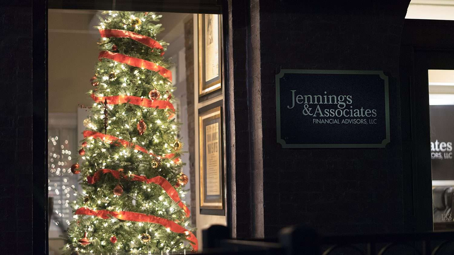 Dec 7, 2017 - Christmas Tree at Jennings & Associates Financial Advisors on Market House Square, Paducah, KY/photonews247.com