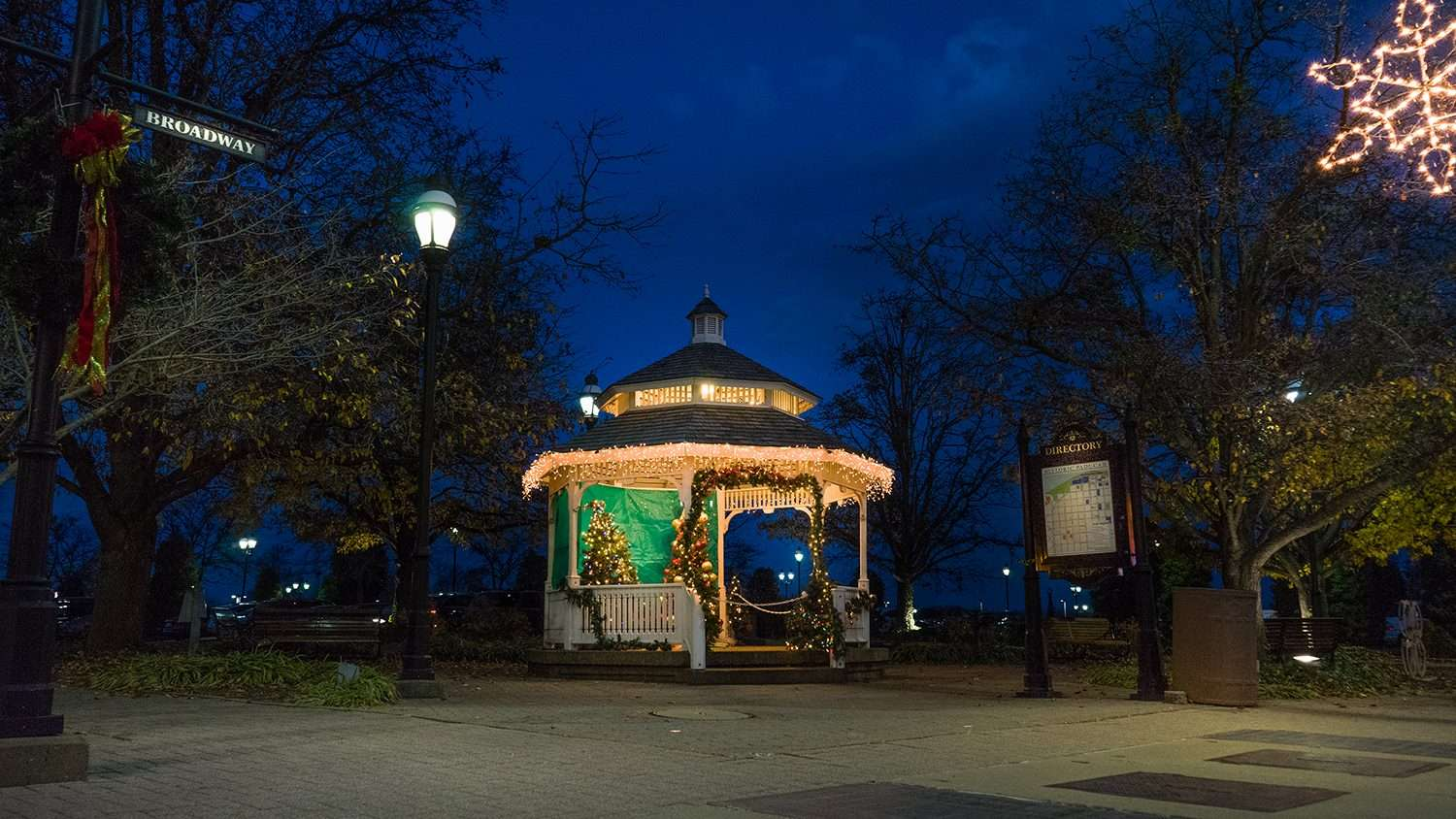Nov 29, 2017 - Gazebo with Christmas Lights during the holidays at Broadway Main Street Downtown Paducah, KY/photonews247,com