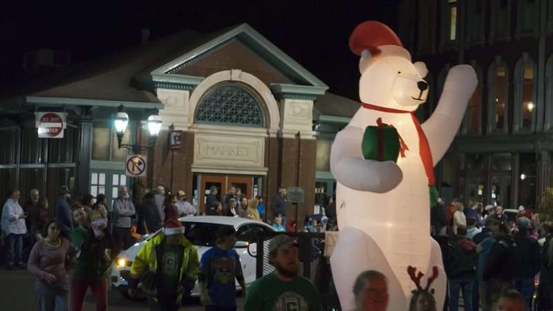nov 2 2017 christmas parade downtown paducah with bear decoration on float going past market house squarephotonews247com