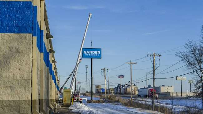 Jan 20, 2018 - Gander Outdoors signage lifted by crane along US-24, Paducah KY/photonews247.com