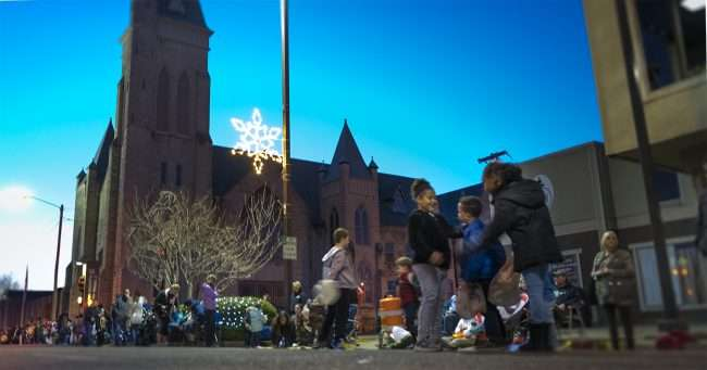 Dec 2, 2017 - Hundreds of people on Broadway waiting for Paducah's Christmas Parade/photonews247.com