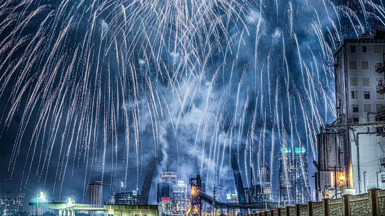 Fireworks New Years with St Louis Gateway Arch in view.